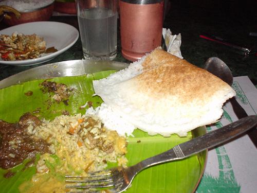 南インドの、ナンに相当する美味しい食べ物。コメから出来ている。右上の白いもの