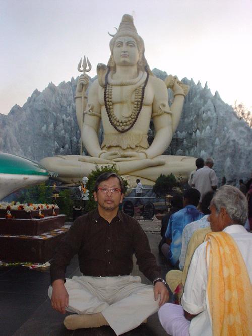 バンガロールのデパートの裏にはにあった大きなシバ神の前で。人々の信仰の対象だった。頭の毛から水が出ている。ガンジス河は、シバ神の髪の毛から出た水が源流だと言われている