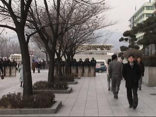 緊迫するソウルの米大使館前 2002年12月30日撮影