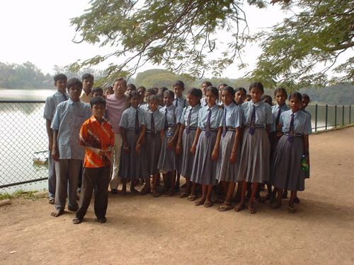バンガロールのボタニカル・ガーデンでインドの恐らく中学生達と